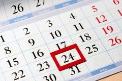 Datum hob im Rot auf Kalender mit schwarzen Zahlen hervor Lizenzfreies Stockfoto