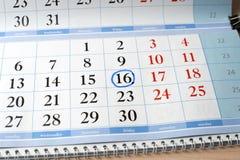 Datum am Kalender wird mit blauem Kreis markiert Lizenzfreie Stockfotografie