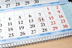 Datum am Kalender wird mit rotem Kreis markiert Stockfotografie