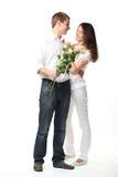 Datum: Kerl, der Blumen junger Dame darstellt Lizenzfreie Stockbilder