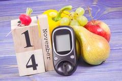 Datum am 14. November als Symbol des Weltdiabetestages, glucometer für messendes Zuckergehalt und Früchte mit Gemüse Stockfotos