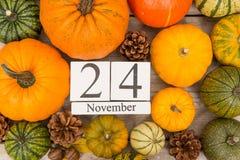 Datum 24 november, dankzegging, door pijnboomappelen die wordt omringd en of Stock Fotografie