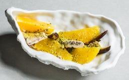 Datum und orange Salat mit halva und Pistazienjoghurt Stockfotos