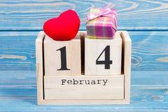 Datum vom 14. Februar an des Würfelkalenders, Geschenk und rotes Herz, Dekoration für Valentinsgrußtag Lizenzfreie Stockfotos