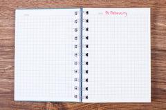 Datum vom 14. Februar geschrieben in Notizbuch, Valentinsgruß-Tag Stockbild