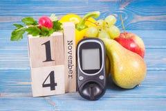 Datum vom 14. November, Glukosemeter und frische Früchte mit Gemüse, Weltdiabetes-Tageskonzept Lizenzfreie Stockbilder