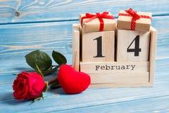 Datumet av 14 Februari på kalender, gåvan, röd hjärta och rosen blommar, garnering för valentindag Arkivfoton