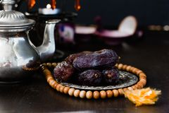 Datumet bär frukt på metallplattan i den ramadan månaden för iftar öppning royaltyfri fotografi