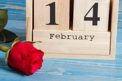 Datumet 14 Februari på kubkalender och rosen blommar, garnering för valentindag Arkivbilder