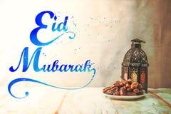 Datumet gömma i handflatan frukt eller kurmaen, ramadan mat, bildtappningstil Arkivfoton