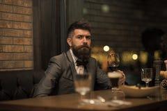 Datumvergadering die van hipster in bar wachten op Perfecte wijn Zakenman met lange baarddrank in sigarenclub Gebaarde mensenrust stock foto