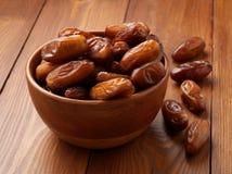 Daty, wysuszone owoc w drewnianym pucharze Tradycyjny jedzenie środkowy wschód, afryka pólnocna Boczny widok, drewniany tło Obrazy Stock