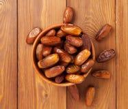 Daty, wysuszone owoc w drewnianym pucharze Tradycyjny jedzenie środkowy wschód, afryka pólnocna Odgórny widok, Drewniany tło Obrazy Stock