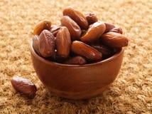 Daty, wysuszone owoc w drewnianym pucharze Tradycyjny jedzenie środkowy wschód, afryka pólnocna Boczny widok, sizal mata Fotografia Royalty Free