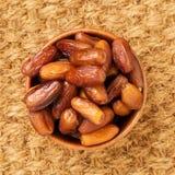 Daty, wysuszone owoc w drewnianym pucharze Tradycyjny jedzenie środkowy wschód, afryka pólnocna Odgórny widok, sizal mata Fotografia Royalty Free