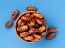 Daty, wysuszone owoc w pucharze Tradycyjny jedzenie środkowy wschód, afryka pólnocna Odgórny widok, jaskrawy błękitny drewniany t Obraz Royalty Free