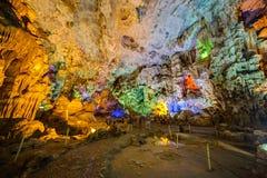 DAU GEHEN HÖHLE, VIETNAM - CIRCA IM AUGUST 2015: Bunte Beleuchtung in Dau gehen Höhle in Halong-Bucht, Vietnam Lizenzfreie Stockbilder