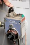 Dauerflammeanzünder des Warmwasserbereiters gedrückt Stockfotos