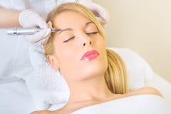 Dauerhaftes Make-up auf Augenbrauen Lizenzfreies Stockfoto