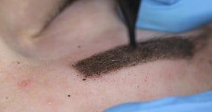 Dauerhaftes Make-up, T?towieren von Augenbrauen Das Cosmetologistzutreffen bilden stock video footage
