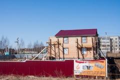 Dauerwelle, Russland - 16. April 2016: Bau eines neuen Häuschens Stockfotos