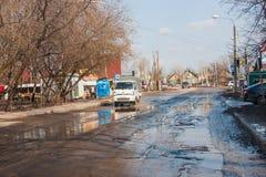 Dauerwelle, Russland - 16. April 2016: Schlechte Straße mit Löchern Lizenzfreie Stockfotografie