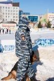 DAUERWELLE, RUSSLAND - Feb, 06 2016: Ein Polizist mit einem Hund lizenzfreie stockfotos