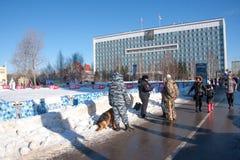 DAUERWELLE, RUSSLAND - Feb, 06 2016: Polizeikontrolle die Dokumente stockfotografie