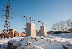 DAUERWELLE, RUSSLAND - Feb, 06 2016: Winterstadtbild mit elektrischer Station lizenzfreie stockfotografie