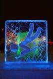 DAUERWELLE, RUSSLAND - 11. JANUAR 2014: Belichteter blauer Toboggancharakter Lizenzfreie Stockfotos