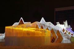 DAUERWELLE, RUSSLAND - 11. JANUAR 2014: Belichtetes orange Eisdia im Eis Lizenzfreies Stockbild