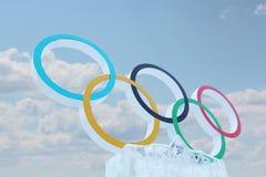 DAUERWELLE, RUSSLAND - 6. JANUAR 2014: Blauer Himmel und Symbol von Olympischen Spielen Stockfotos