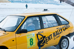 DAUERWELLE, RUSSLAND, AM 17. JANUAR 2016: der Pilot innerhalb des Rennwagens Lizenzfreie Stockbilder