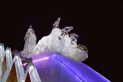 DAUERWELLE, RUSSLAND - 11. JANUAR 2014: Pferdedreiergruppe und Sankt-Skulptur Stockbild