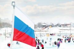 DAUERWELLE, RUSSLAND - 6. JANUAR 2014: Russische Flagge in der Eisstadt, herein hergestellt Lizenzfreie Stockfotos