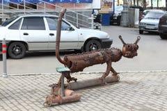 DAUERWELLE, RUSSLAND - 18. JULI 2013: Städtische Skulptur Kotofeich Stockbilder