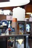 DAUERWELLE, RUSSLAND - 18. JULI 2013: Stellen Sie Bar mit Popcorn und Getränke im Kristallkino zur Schau Lizenzfreie Stockfotos