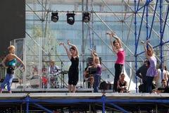DAUERWELLE, RUSSLAND - 17. JUNI 2013: Mädchentanz an der Wiederholung auf Stadium stockfoto