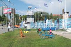 DAUERWELLE, RUSSLAND - 11. JUNI 2013: Sammlung farbige Metallfahrräder Lizenzfreies Stockbild