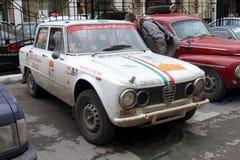 DAUERWELLE, RUSSLAND - 29. JUNI 2016: Weißes Alfa Romeo ist in der Stadt af Lizenzfreie Stockfotos
