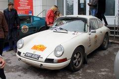 DAUERWELLE, RUSSLAND - 29. JUNI 2016: Weißes Porsche 911 ist in der Stadt a Lizenzfreie Stockbilder