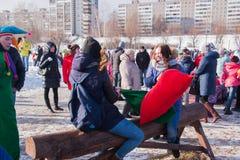 DAUERWELLE, RUSSLAND - 13. März 2016: Kampftaschen auf dem Schwebebalken Stockfotografie