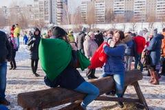DAUERWELLE, RUSSLAND - 13. März 2016: Kampftaschen auf dem Schwebebalken Stockfotos