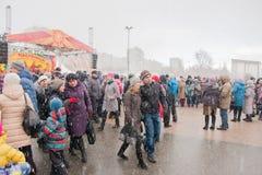 DAUERWELLE, RUSSLAND - 13. März 2016: Viele Leute auf dem Quadrat Stockbilder
