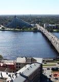 Daugava de la biblioteca nacional y del río de Riga Imagen de archivo libre de regalías