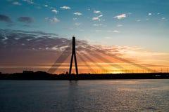 Daugava Riga del río del puente de la puesta del sol Foto de archivo libre de regalías