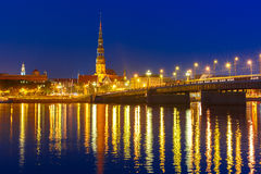 Daugava velho na noite, Riga da cidade e do rio, Letónia foto de stock royalty free