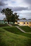 Daugavpils forteca, scena z ładnymi chmurami i zielona ścieżka, obraz royalty free