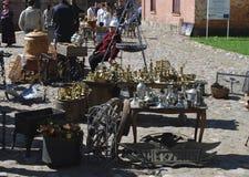 """Daugavpils/Lettland †""""Maj 5 2018: Loppmarknaden ägde rum på ferie i den Daugavpils fästningen Arkivbild"""
