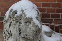 Daugavpils, Lettonie, l'Europe La neige a couvert sur la statue de lion L'hiver est l'un des meilleurs temps d'entrer dans la lon photos libres de droits